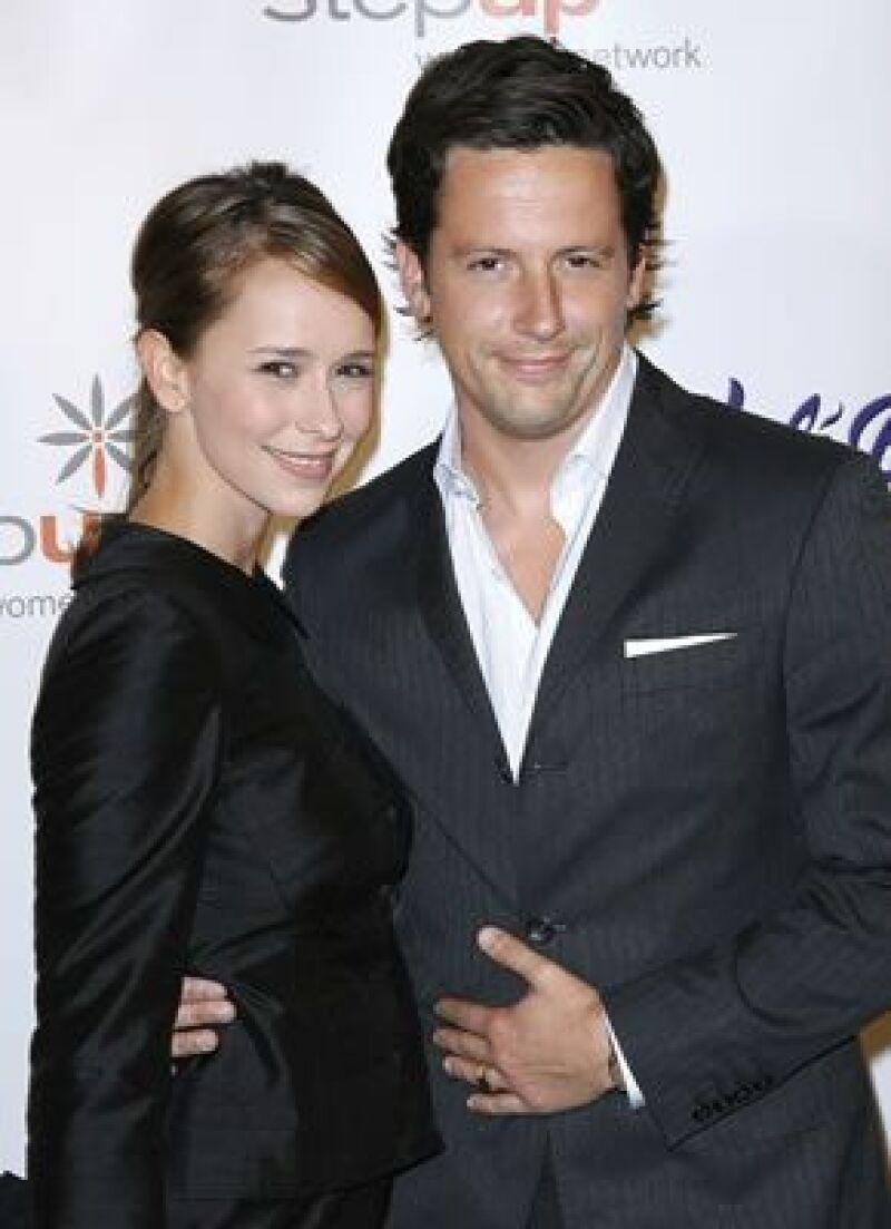 La actriz de Ghost Whisperer terminó la relación con el actor Ross McCall después de dos años.