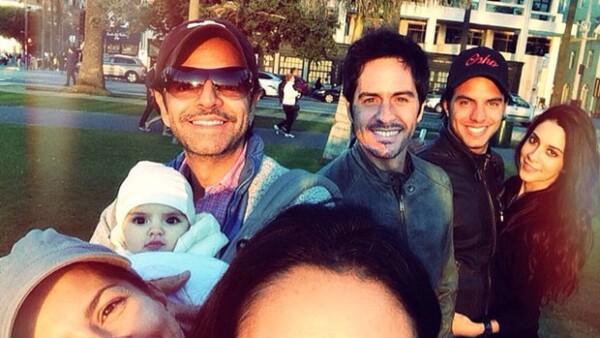 Aislinn publicó una imagen junto a su familia, así como su novio Mauricio Ochmann, la novia de su hermano Vadhir, la pequeña Aitana y sus papás, todos posando alegremente.