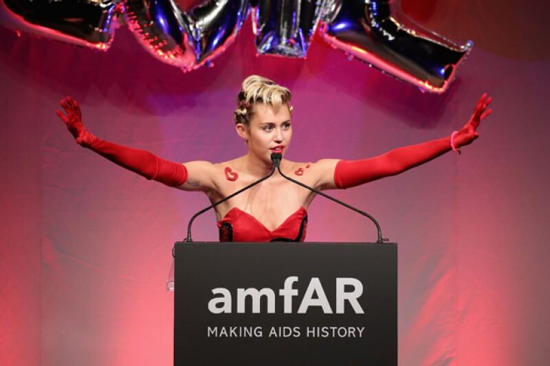 En repetidas veces, Miley Cyrus levantó sus brazos emocionada, ocasiones en las que se pudo notar su falta de depilación.
