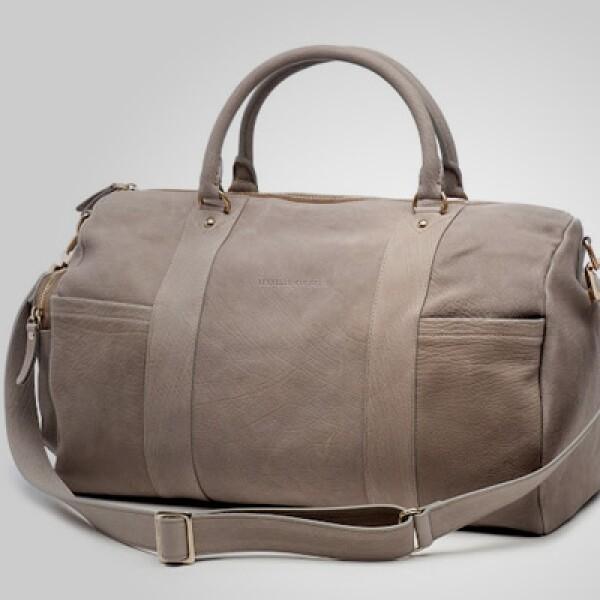 Si requieres transportar tus pertenencias, no pierdas el estilo y utiliza esta pequeña maleta fabricada en cuero.