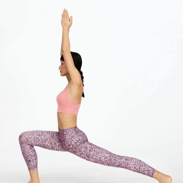 Practica la posición del guerrero con unos yoga pants que salgan de la monotonía, como estos con flores discretas y un top en color rosa. Oysho.com / top: $499, leggins: $ 799