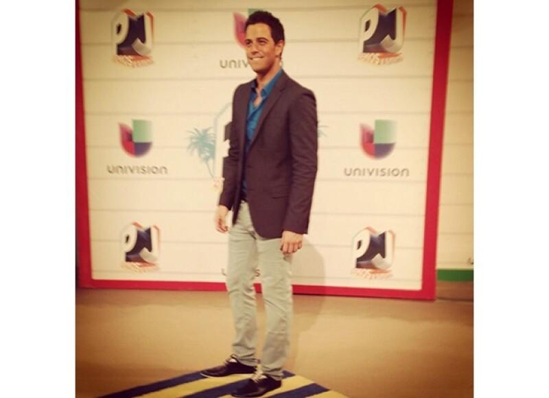 El cantante llegó visiendo Hugo Boss a la entrega de premios en Miami.