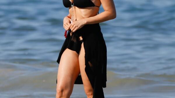 La cantanta mexicana fue captada luciendo su figura y relajándose en el mar, en compañía de un amigo.