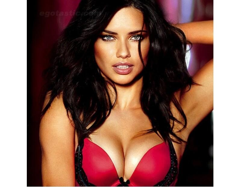 La bella modelo brasileña luce muy sensual en la nueva colección de lencería de Victoria&#39s Secret.