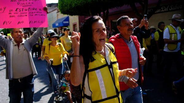 'Chalecos amarillos' protestan en Guanajuato por el desabasto de combustible
