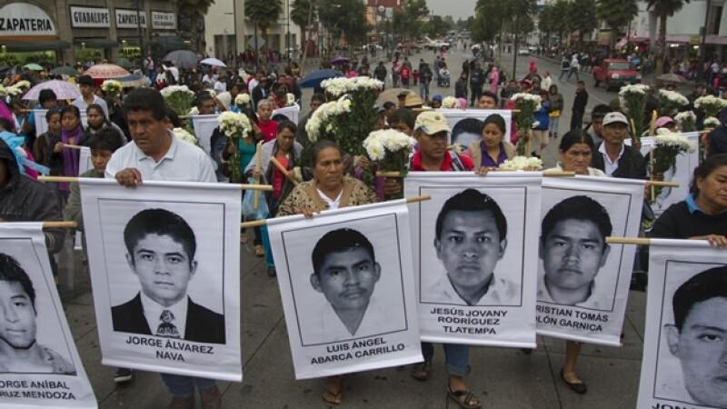 Familiares y amigos acudieron a Basílica de Guadalupe donde se ofició una misa por los 43 desaparecidos de Ayotzinapa