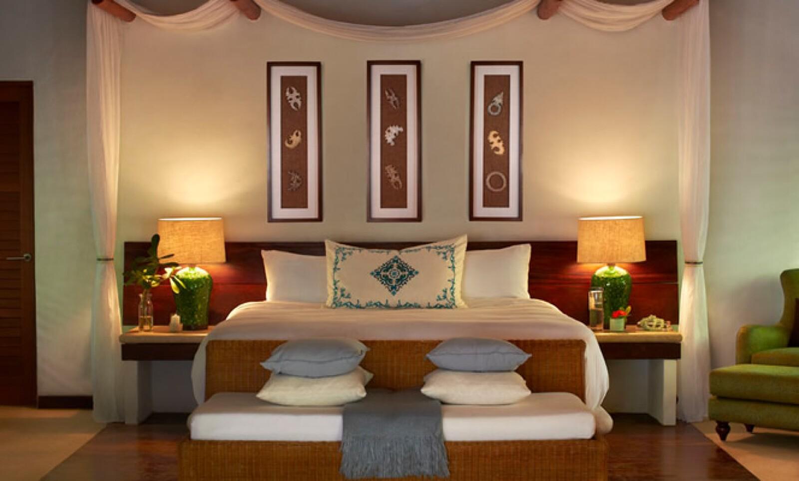 Los turistas reciben una bendición Maya, realizada por el chamán del hotel, que libera de preocupaciones e inquietudes, para que puedan entrar relajados al resort.