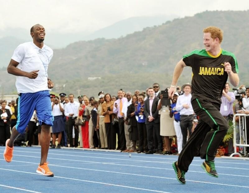 Durante su visita a Jamaica, el hermano de Guillermo recibió consejos deportivos del hombre más rápido del mundo e incluso `le ganó´ corriendo.