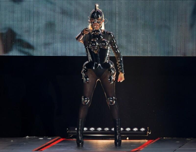 La estrella, famosa desde los 80, sorprendió con sus elaboradas y futuristas coreografías.