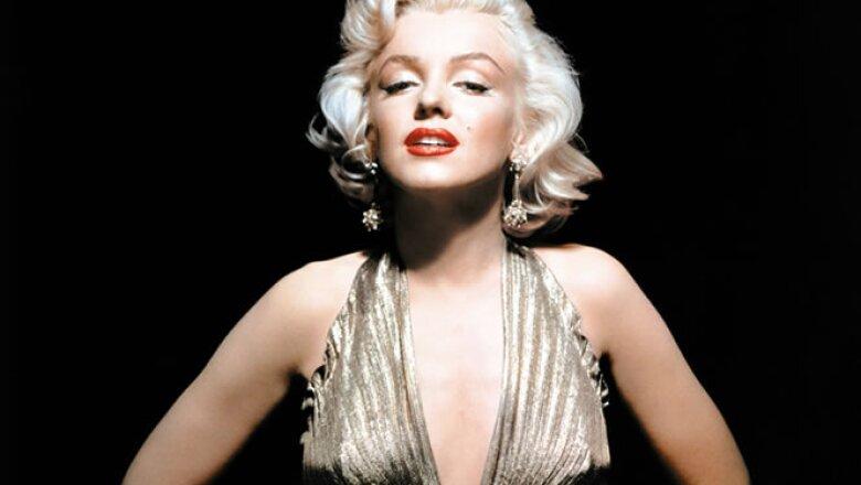 """Un fenómeno cultural es esta postal donde se aprecia Monroe portando un vestido con el que aparecería en la cinta 'Los caballeros las prefieren rubias"""", cinta de 1953, dirigida por Howard Hawks."""