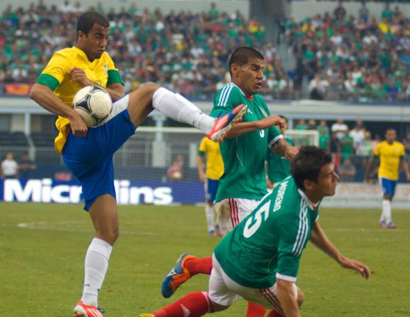 La selección mexicana de futbol derrotó 2 por 1 a Brasil en la final del torneo de futbol de los Juegos Olímpicos de Londres 2012