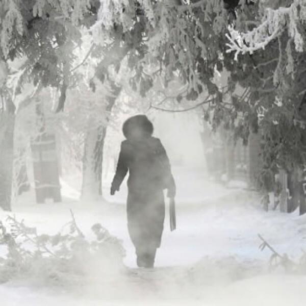 una mujer camina por