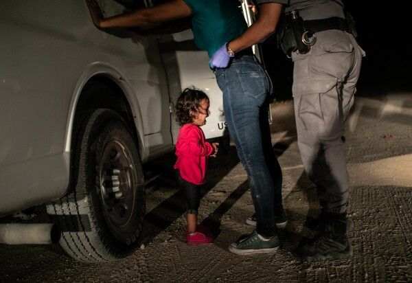 John Moore, Crying girl on the border, World Press Photo