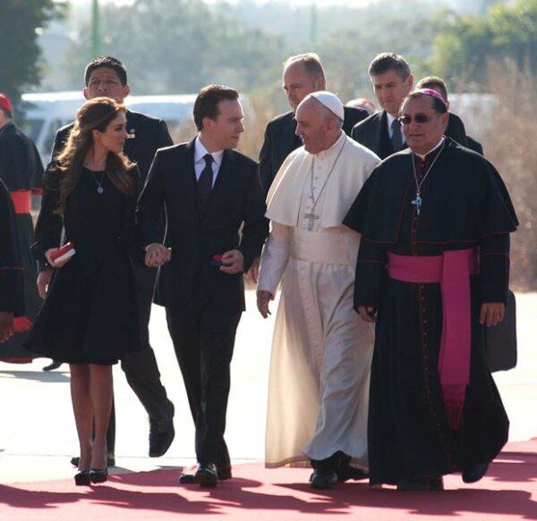 El Papa Francisco platicó con Anahí y Manuel Velasco.