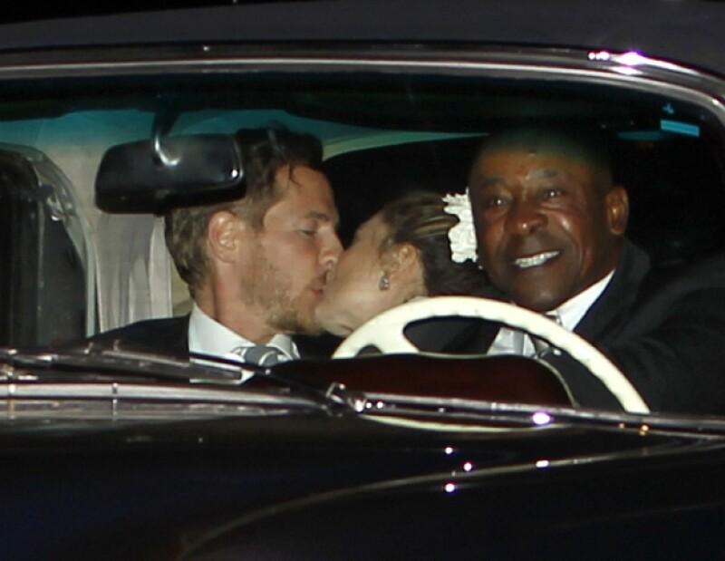 La pareja se dio este tierno beso.