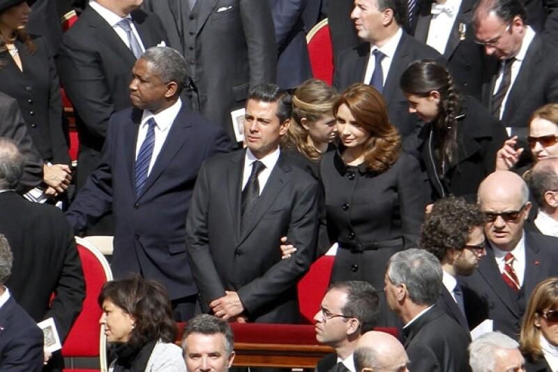 Enrique Peña Nieto y Angélica Rivera, atrás de ellos sus hijas, Fernana y Nicole.