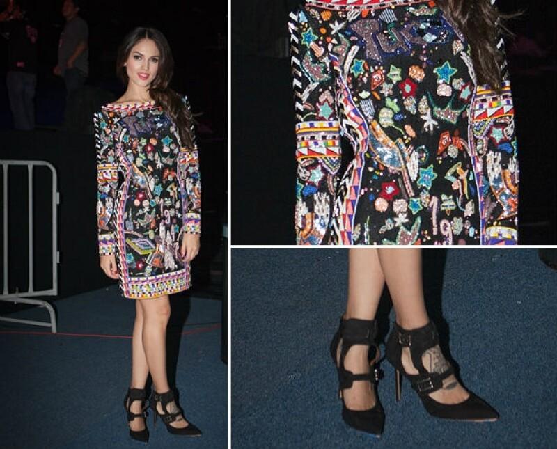 Eiza vistiendo Emilio Pucci con detalles donde sobresalen entrellas y zapatos Valentino.