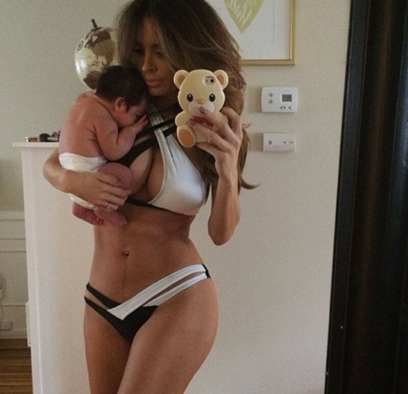 La orgullosa mamá muestra lo bien que se encuentra su bebé.