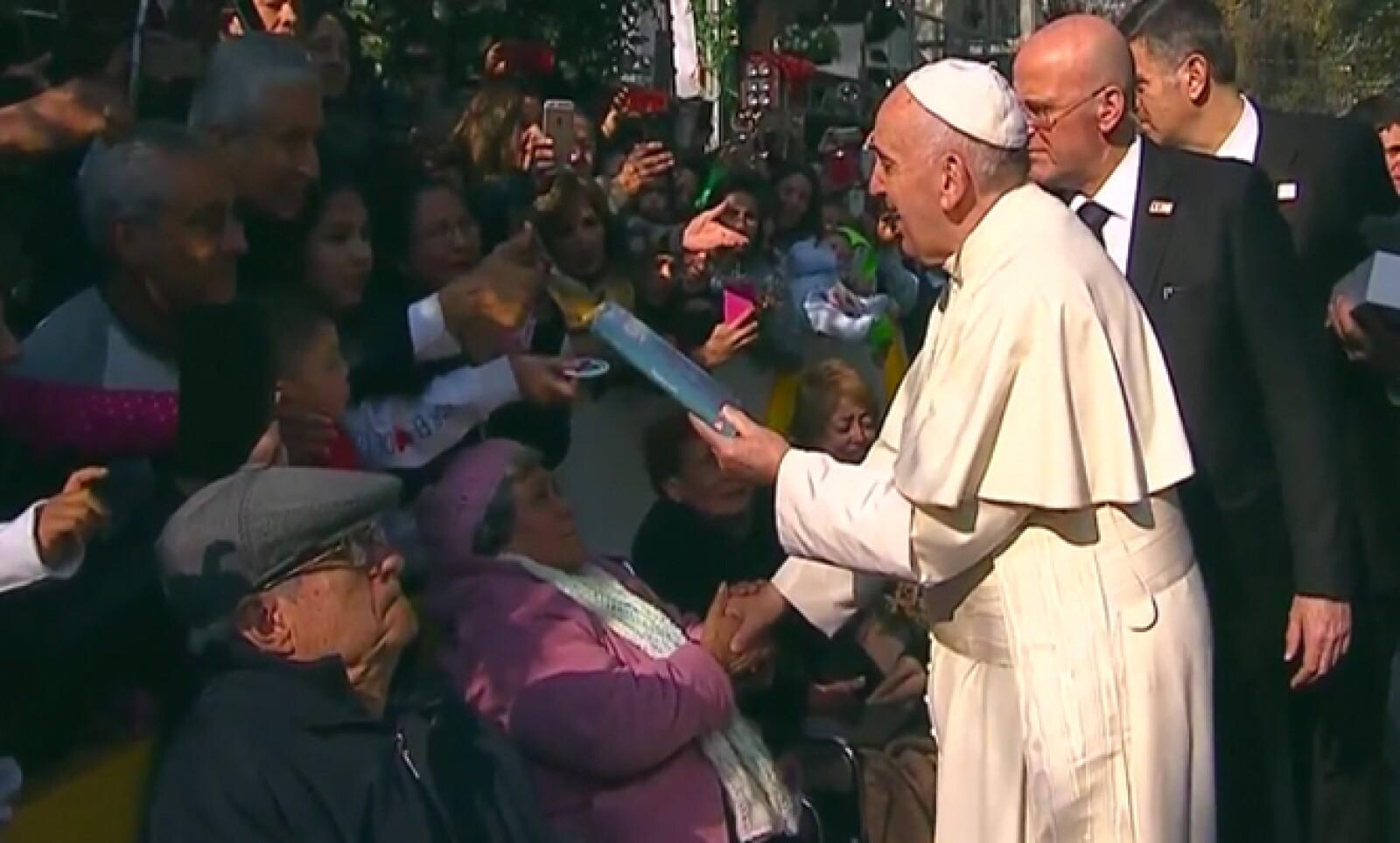Al salir de la Nunciatura, el pontífice saludó y envío bendiciones a quienes madrugaron para verlo.
