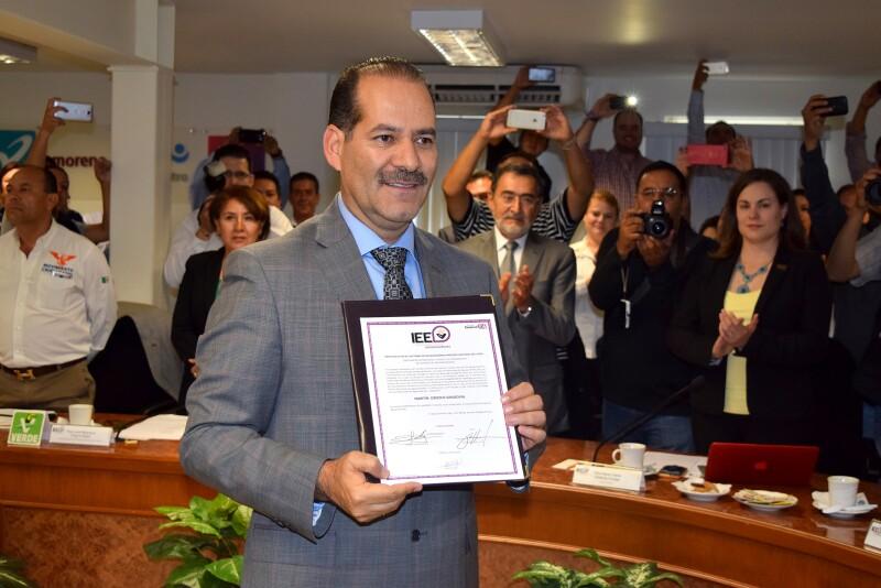 Martín Orozco Sandoval (izquierda) recibió este domingo la constancia que lo avala como el gobernador electo de Aguascalientes.