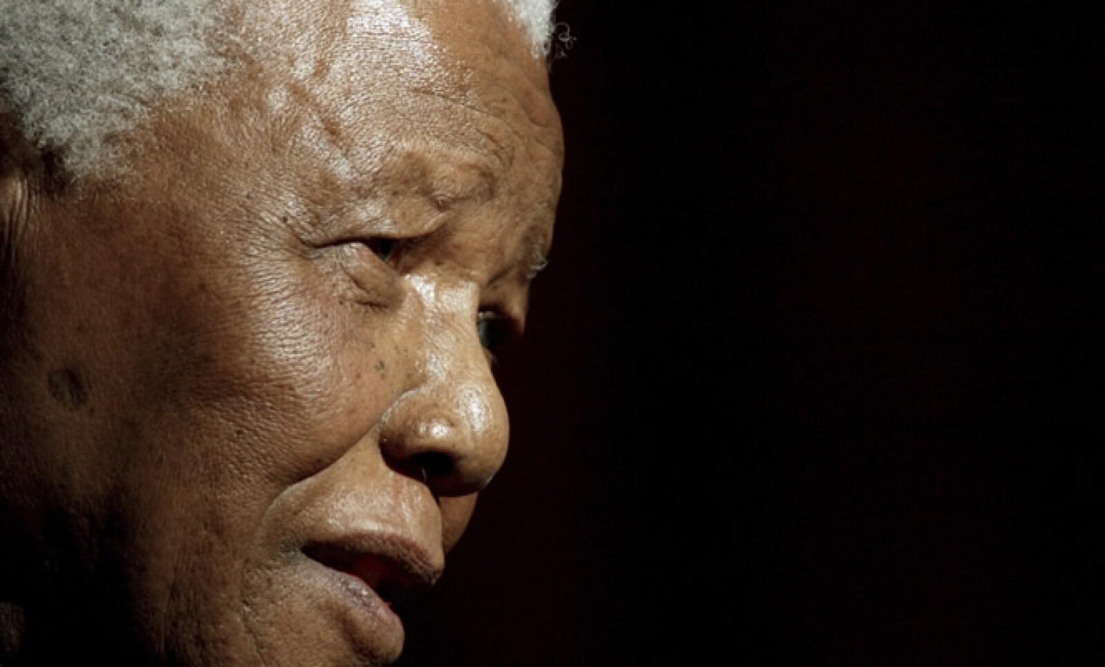 Los años que pasó tras las rejas hicieron que Mandela se convirtiera en el prisionero político más famoso del mundo y un líder de estatura sobrehumana para millones de sudafricanos negros que sufrieron bajo el régimen del apartheid, así como para otros op
