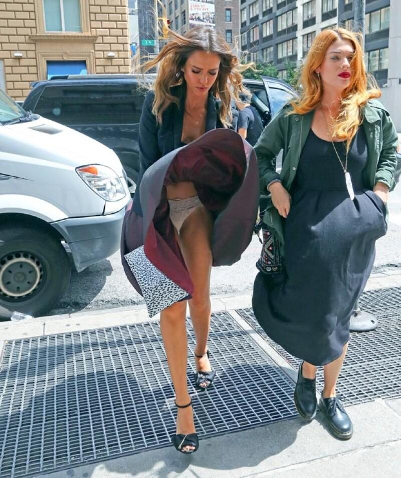 La actriz caminaba por la Gran Manzana cuando su falda se levantó evidenciando su ropa interior al pasar por una rejilla del metro.