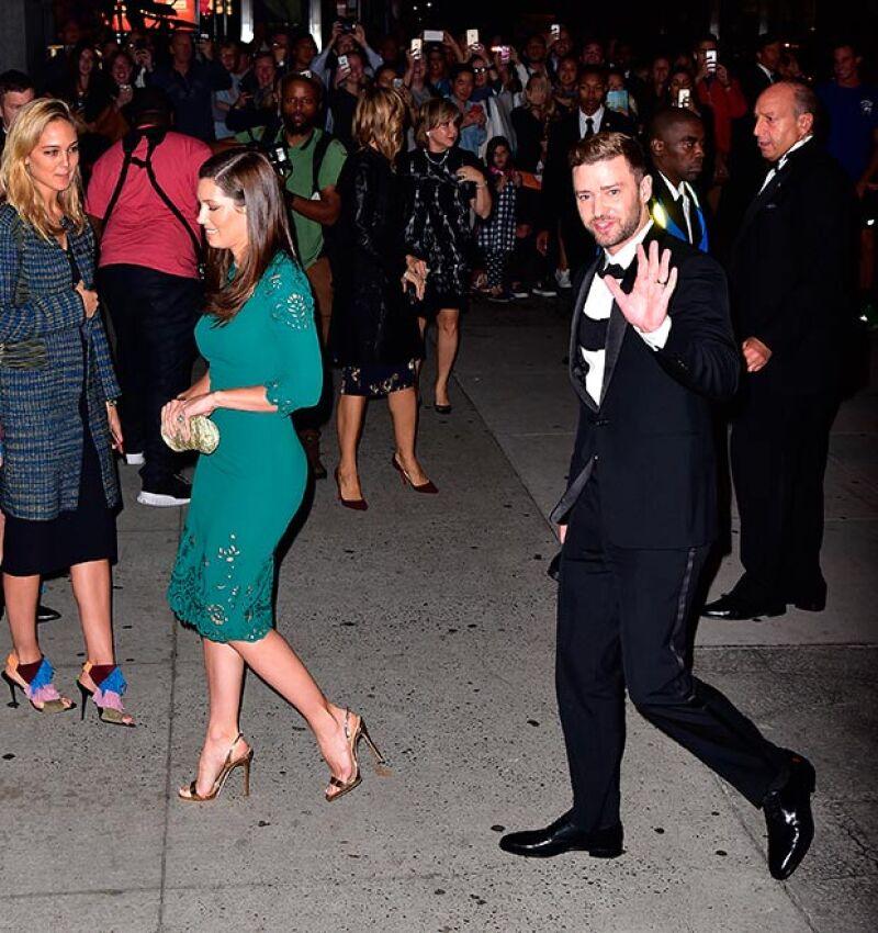 La pareja se mostró muy accesible a su llegada al evento.