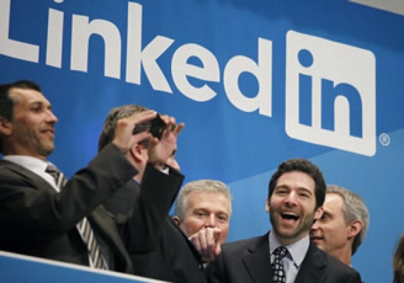 Las acciones de LinkedIn abrieron a 83 dólares en su primer día de cotización pública, lo que representó un alza de 84% respecto al precio de la oferta pública inicial, de 45 dólares por acción. (Foto: AP)