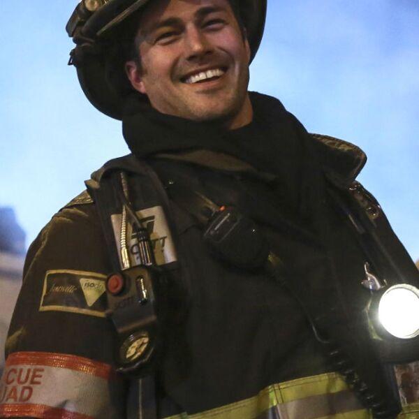 Taylor Kinney, prometido de Lady Gaga, sube la temperatura como un sexy bombero en la serie Chicago Fire.