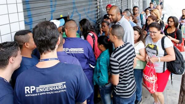 """Los compradores se agolpan frente a las tiendas antes del inicio del """"Viernes Negro"""" en Sao Paulo. El próximo 1 de diciembre, los os moteles para parejas de ese país lanzaran ofertas al estilo """"Black Friday"""" estadounidense."""
