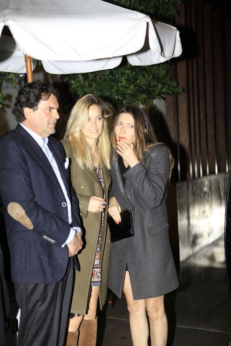 Bar Refaeli platicó con una mujer a la salida del restaurante, acompañada de Alejandro Baillères.