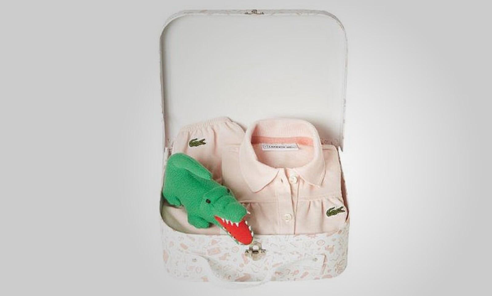 El paquete para niñas también contiene el tradicional cocodrilo de la marca en peluche.