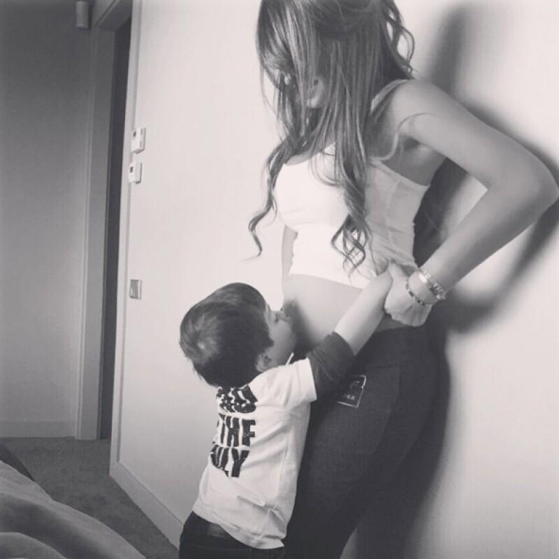 """Thiago dando un beso a su """"hermanito""""."""