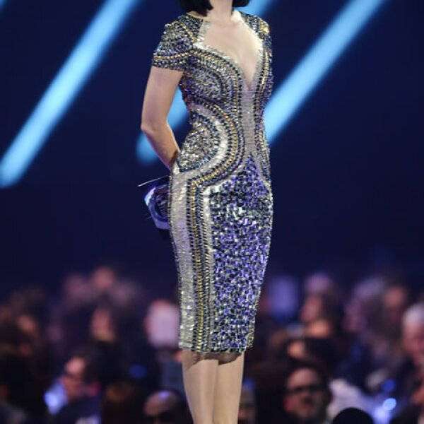 Ambos outfits de Katy Perry, tanto el que usó en su performance como el de presentadora le quedaron a la perfección.