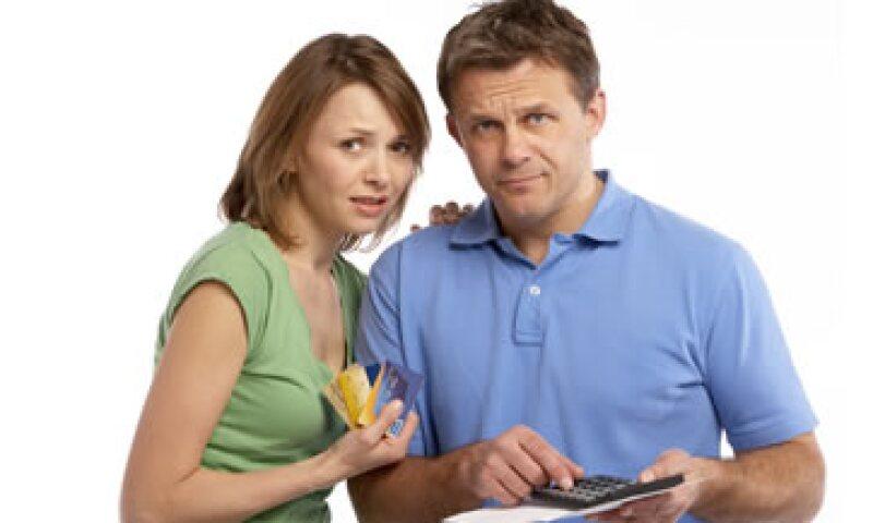 Los pagos mínimos sólo prolongan el tiempo que tardarás en liquidar tu deuda, advierte Condusef. (Foto: Thinkstock)