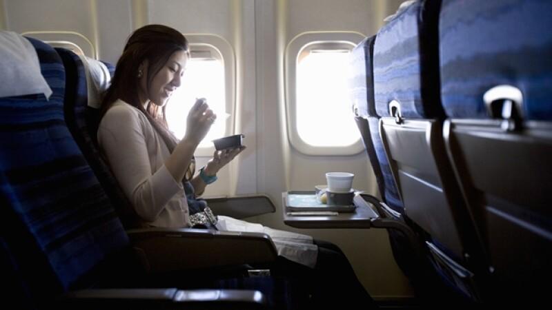 mujer comiendo avión