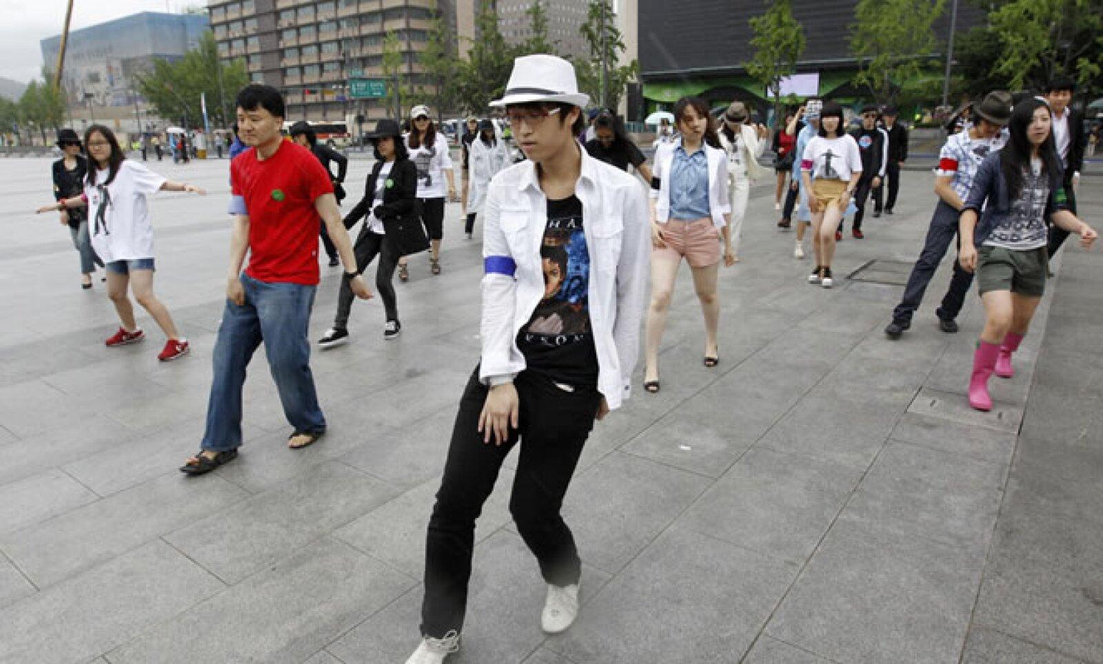 Fans de Michael Jackson lucen sus mejores pasos en centro de Seúl como parte del segundo aniversario luctuoso de Michael Jackson.
