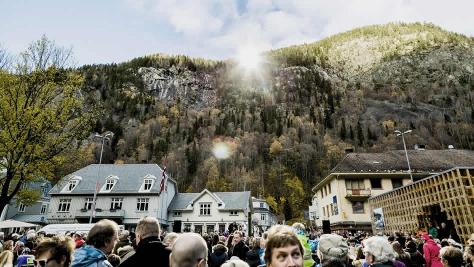 pueblo de noruega recibe luz del sol