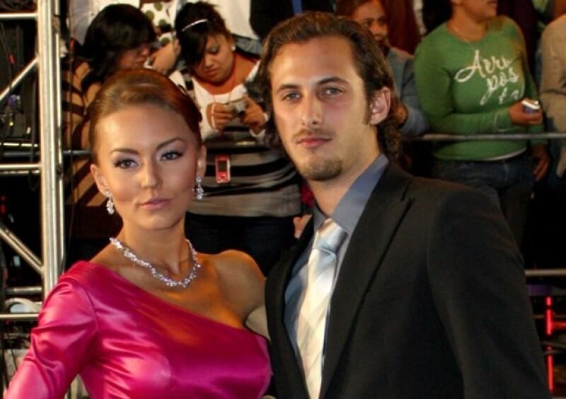 Angelique y Sebastián desfilaron juntos en la alfombra azul de los Premios Oye! en noviembre de 2010.