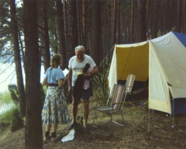Teresa y el cardenal Karol Wojtyl acampando en 1978.