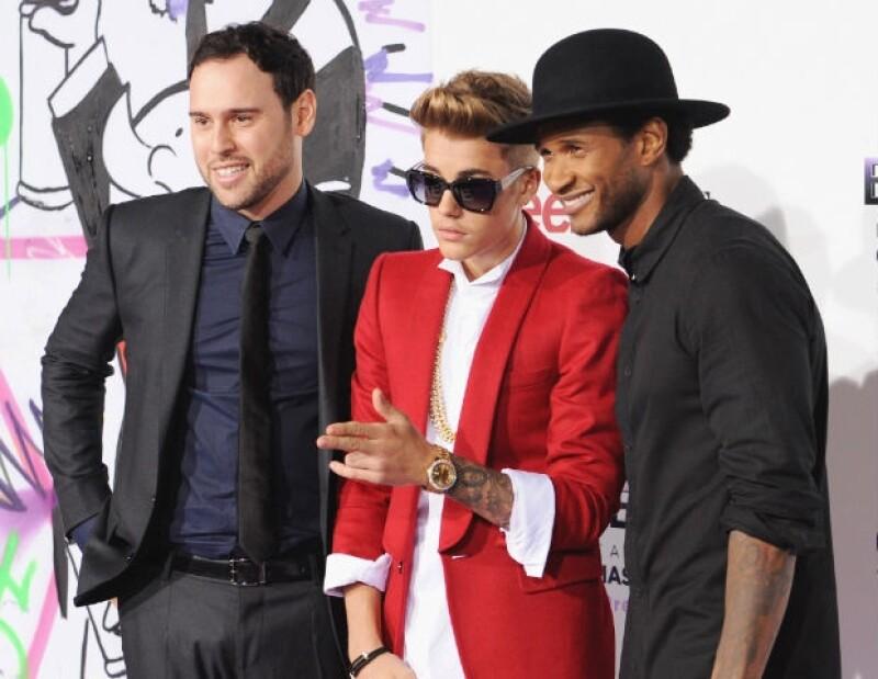 """Scooter Braun, manager de Justin, junto al joven cantante y Usher durante la premier de """"Believe""""."""