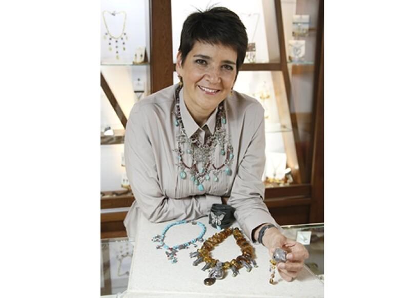 La diseñadora tapatía confeccionapiezas barrocas que evocan el amor por la vida y la cultura mexicana.