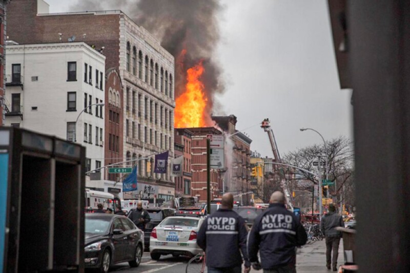 Una explosión en una sección altamente transitada en la Villa Este de Manhattan, en Nueva York, dejó una docena de heridos y el colapso de partes de un edificio, según informaron autoridades.