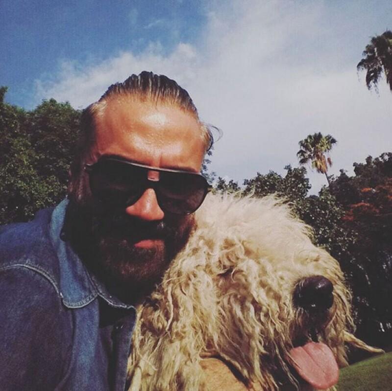 Tras los rumores de que había sido un jaguar, y no su perro Kush, quien lo mordiera, el cantante compartió en Instagram una foto en la que aparece junto a su mascota.