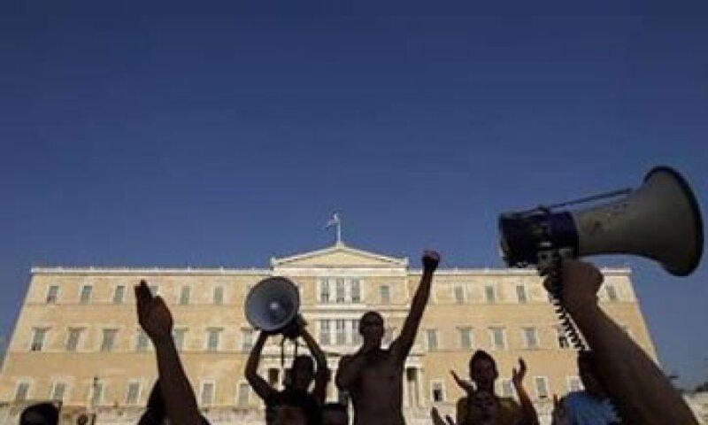 Cientos de manifestantes protestaron en Atenas contra las nuevas medidas de austeridad que se discuten. (Foto: Reuters)