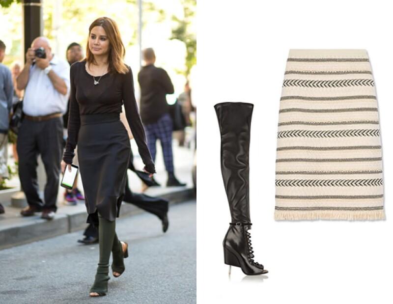 El toque más sexy se lo dará una bota larga como las de Givenchy. (Créditos: Botas Givenchy y Falda de Tory Burch).