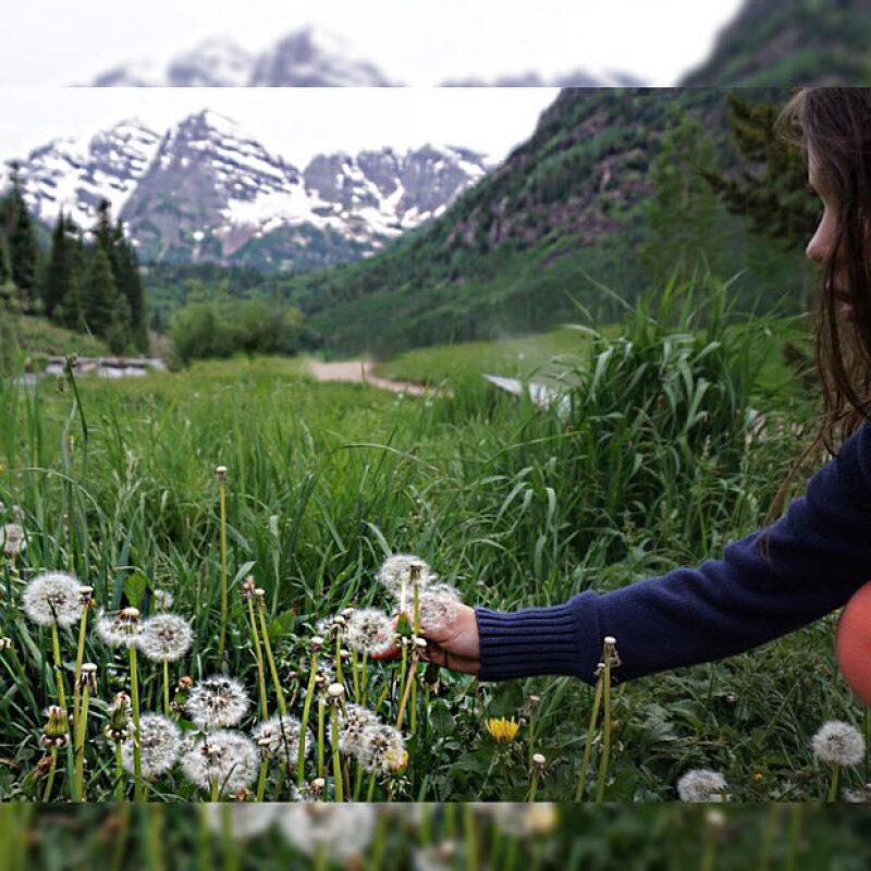 Sabrina a los pies de las magníficas montañas Maroon Bellsin Colorado y yo a los pies de Sabrina Sakaë, escribió al pie de su fotografía.