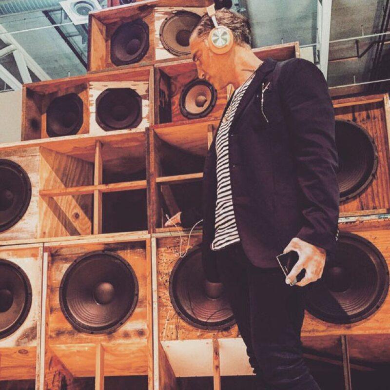 El cantante mexicano ha compartido su viaje por Europa, a donde acudió para disfrutar de la feria de arte Art Basel. ¿Dónde habrá dejado a su novia Karla Laveaga?