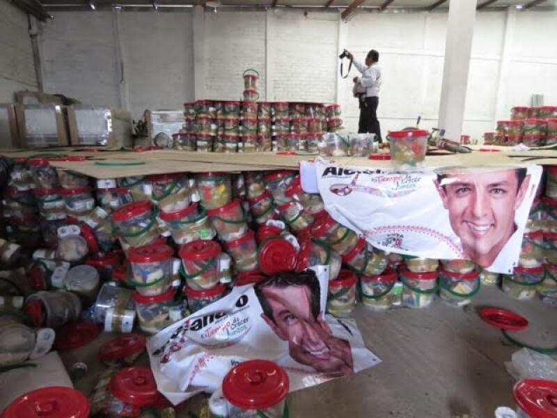 más de 20,000 paquetes con despensas y artículos como playeras, mandiles, bolsas y gorras