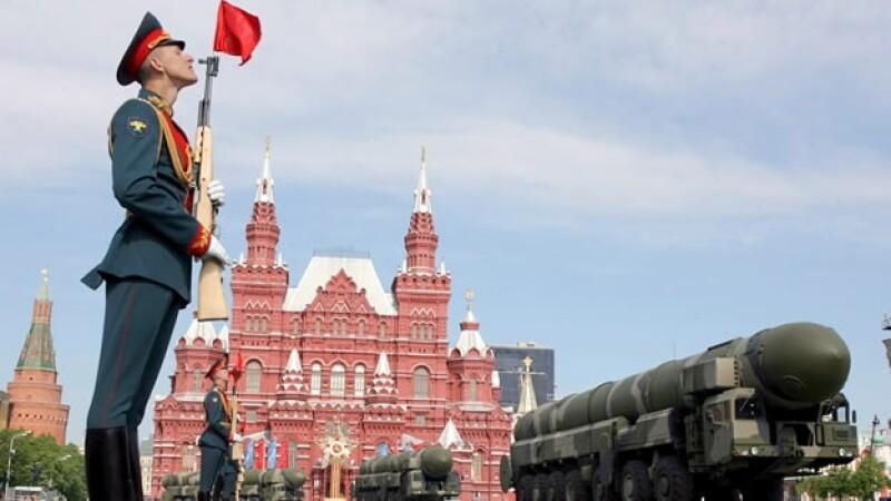 Un guardia de honor firme al paso de varios misiles estratégicos Topol-M durante un desfile militar en la Plaza Roja de Moscú